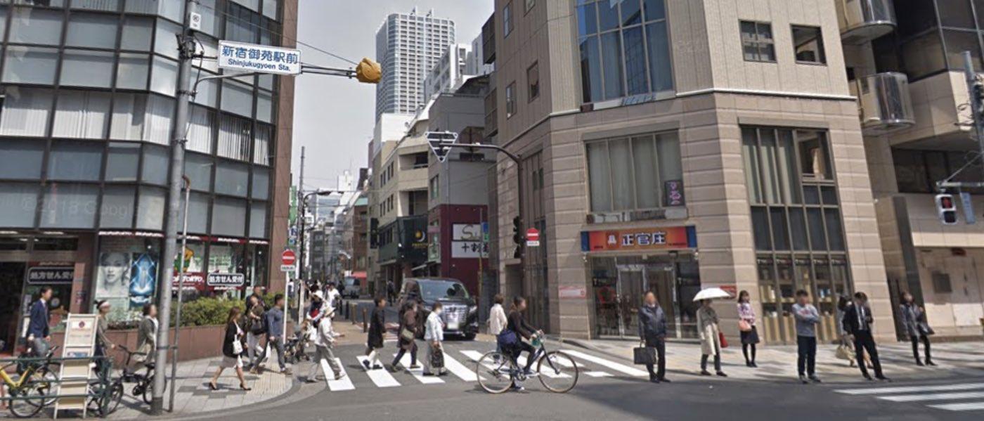 新宿校の道順写真 1回目の進路変更(左折)の交差点